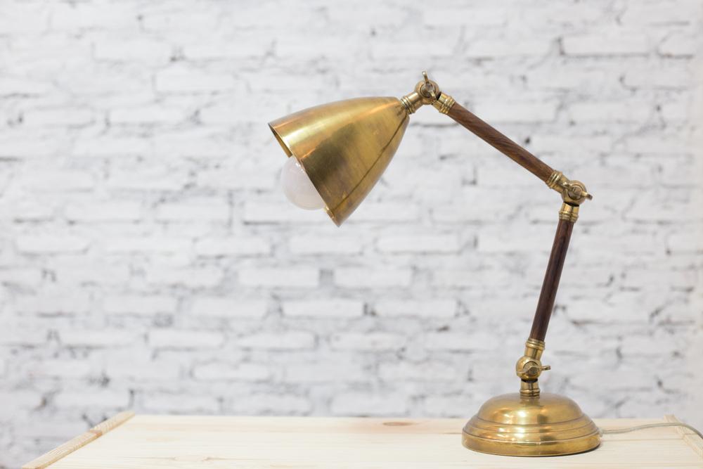 Stil og stemning med unik messing lampe