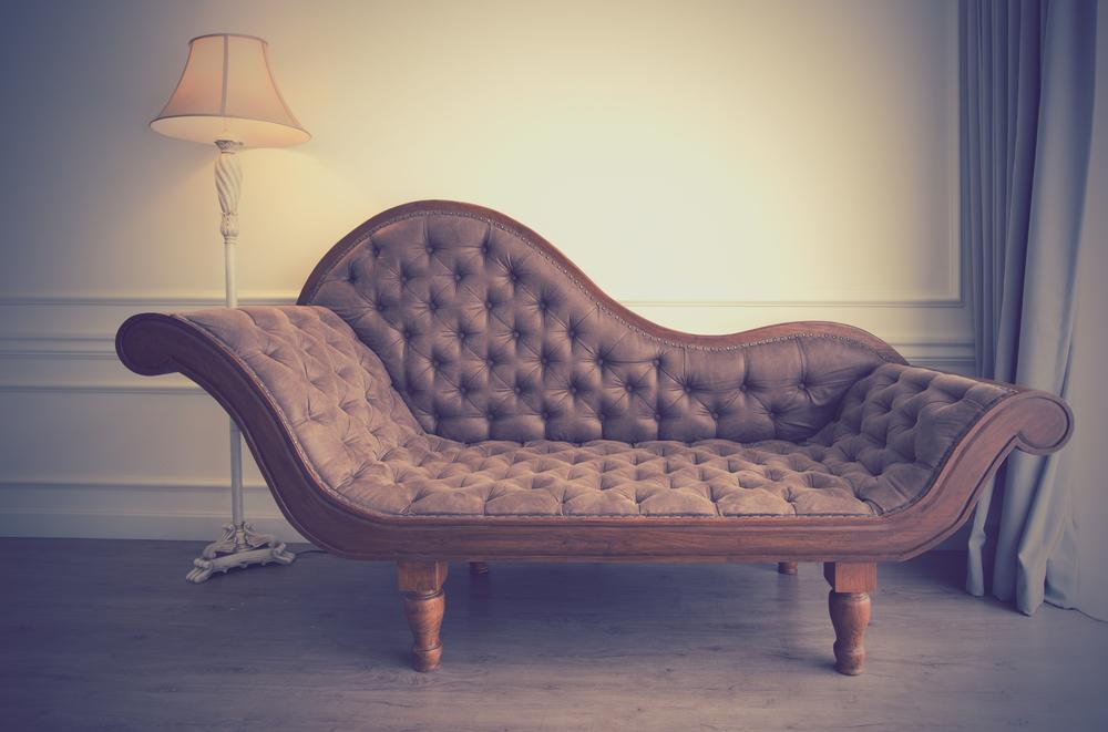 Indret stuen med antik møbler